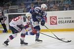 Hokejisté brněnské Komety v 47. extraligovém kole doma přetlačili Pardubice 2:1. Na snímku Dočekal a Cardwell (Pardubice).
