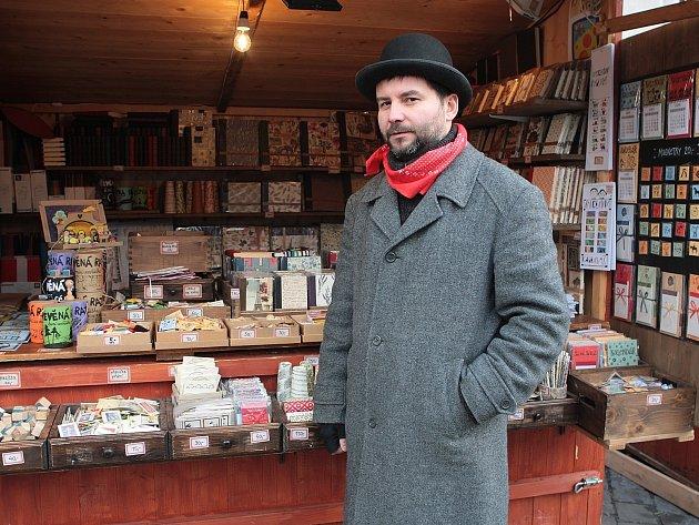 Už pátým rokem má svůj stánek u kašny Parnas i knihař Ladislav Oujeský.