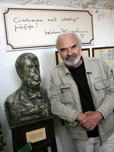 Zdeněk Svěrák pózuje s autobustou Járy Cimrmana poničenou kloboučníkem Lešnerem napařováním pojizerských huček.