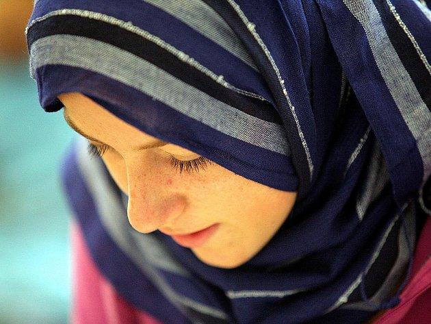 Škola Alfirdaus má zatím přibližně sedmdesát hlavně muslimských studentů. Některá děvčata ukrývají vlasy pod pestrobarevnými šátky, ve čtvrtém patře je modlitebna.
