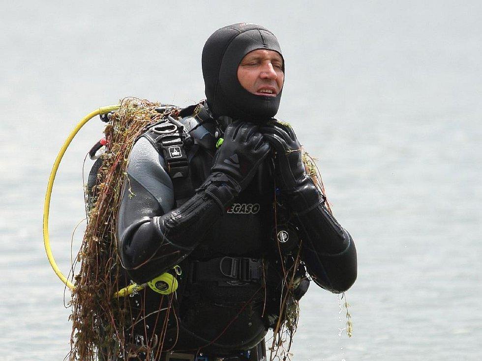 Po mladíkovi, který se po skoku do vody nevynořil z nádrže na Nových Mlýnech, pátrají potápěči.