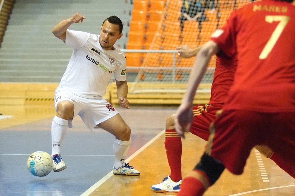 Futsalisté brněnského Helasu (ve světlém Milan Klimeš) nestačili na mistrovskou Chrudim ani ve druhém čtvrtfinálovém zápase play off nejvyšší soutěže.