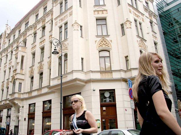 V těchto místech, v tehdejší Kostelmí ulici, stávalo kožešnictví Josefa Hlávky.