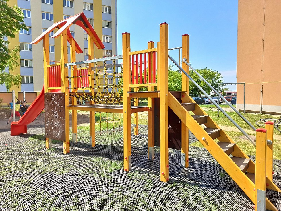 Dětské hřiště na sídlišti Hutník ve Veselí nad Moravou je pro veřejnost otevřené. V Hodoníně zatím nerozhodli, jestli hřiště uzavřou nebo ne.