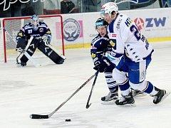 Hokejisté brněnské Komety (v bílém) podlehli 2:3 Vítkovicím.