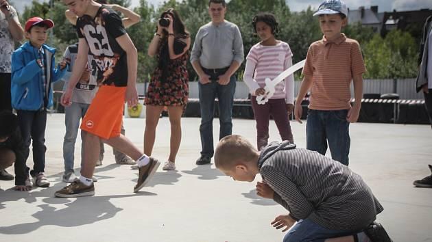 Děti a studenti hráli ve středu za Lužánkami kuličky. Na akci s názvem Kuličkiáda ochutnali také výrobky z cizrny a hrachu.