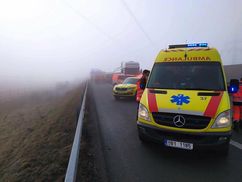 Neprůjezdná byla zhruba od deváté ráno hodinu a půl dálnice D1 na 179. kilometru ve směru na Prahu. Při nehodě dodávky s kamionem poblíž Ostrovačic na Brněnsku se lehce zranil řidič menšího vozu.