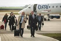 Tři desítky cestujících včetně nejvyšších představitelů kraje v pondělí po poledni odletěly prvním pravidelným spojem z brněnského letiště do Mnichova.