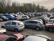 Druhá vlna rezidentního parkování zalila ve čtvrtek další tři oblasti Brna. Auta zóny vytlačily na jejich hranice, kde ale ucpávají ulice. Na fotografii parkoviště na rohu Veveří a Šumavské ulice. Autor: Kamila Lorenzová