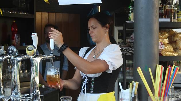 Pivo v tuplácích a obsluha v krojích. Mendlovo náměstí ožilo Oktoberfestem