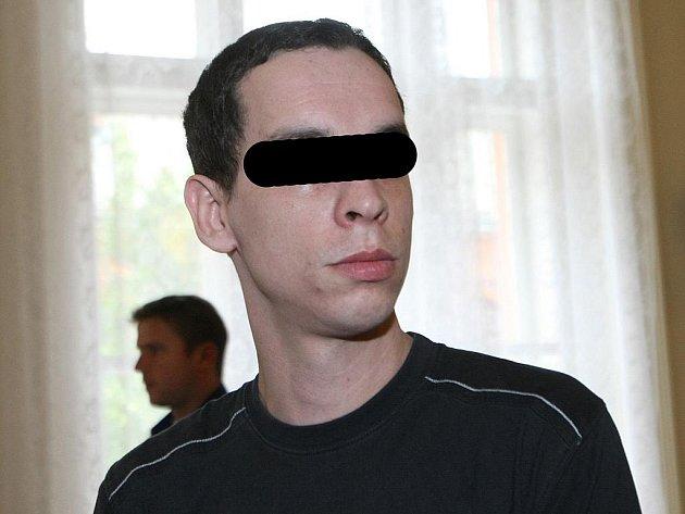 Muž, který je obžalovaný z ublížení na zdraví a týrání svěřené osoby.