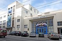 Budova sokolského stadionu v brněnské Kounicově ulici má tři vchody. Také ty mají v rámci projektu získat jednotnou vizuální podobu.