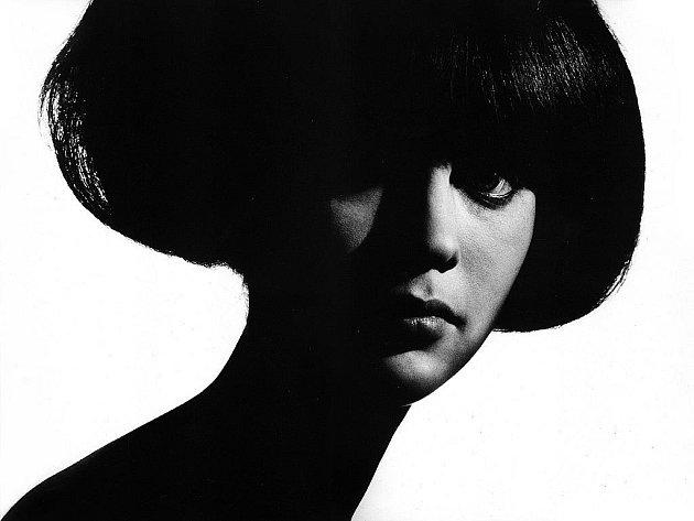 ŽENA. Pro Stiborovu tvorbu je ženské tělo klíčovým tématem, akty fotograf rozpracovává v mnoha komponovaných souborech.