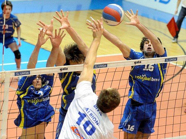 V devatenáctém kole přehráli Brňané (v modrém) na své palubovce Kladno jednoznačně 3:0.