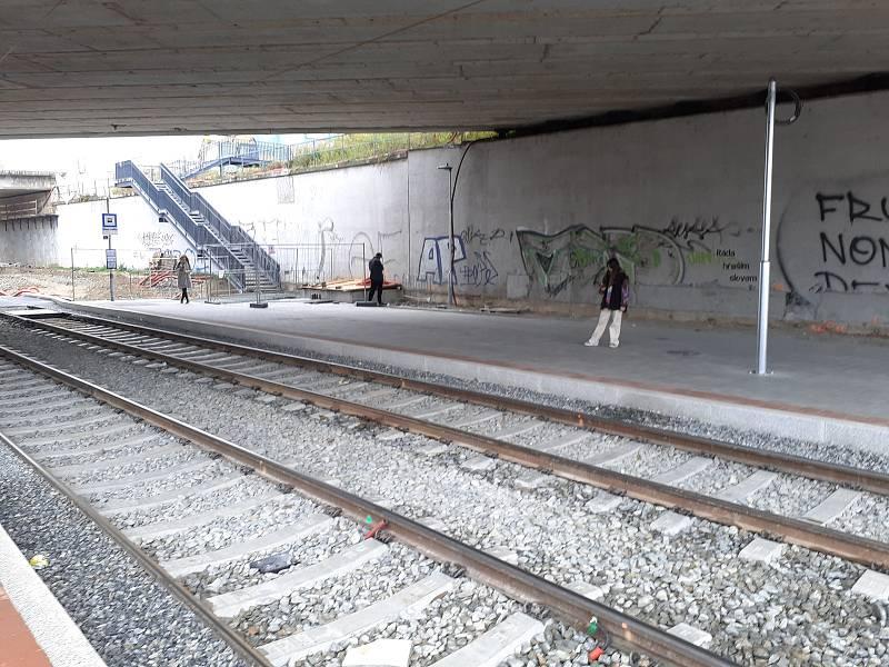 Přístřešek brněnské tramvajové zastávky Osová pod mostem zmizel.