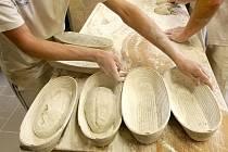 Pekaři z Bílovické pekárny pracují čtyřiadvacet hodin denně od nedělního večera do sobotního dopoledne.