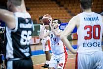 Brněnští basketbalisté (v bílém - s míčem Viktor Půlpán) si před zápasy proti Nymburku poradili s Hradcem Králové.