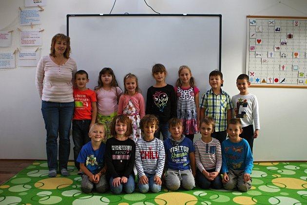 Žáci 1.ročníkuze ZŠ vTetčicích spaní učitelkou Yvonou Drápalovou.