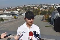Představitelé města zveřejnili projektanty multifunkční haly. Tiskové konference se zúčastnil i hokejista Komety Brno Martin Erat. V pozadí za ním místo, kde bude nová hala stát.