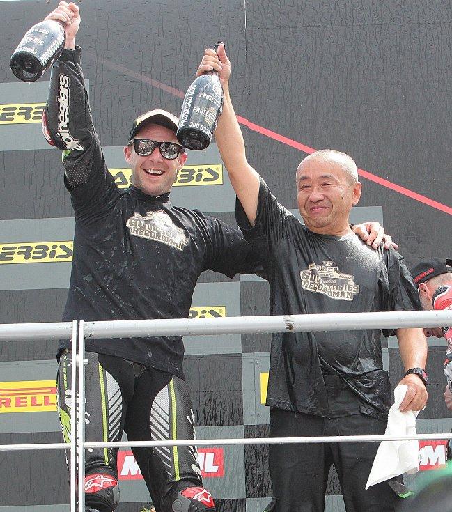 První superbikový závod startoval natřikrát. Ovládl ho suverénní jubilant Rea (na snímku vlevo).