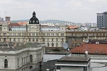 Brněnský hotel Continental, vpravo.