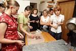 Že existuje i zdravější verze čokolády, lidem v pondělí ukázali pracovníci ze zařízení Lipka na takzvaném Čokoworkshopu. V Kamenné ulici jim předvedli kakaový průmysl z pohledu fairtrade a odpovědné spotřeby.
