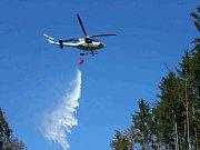U Oslavan na Brněnsku hoří několik stovek metrů lesa. Hasiči hasí i vrtulníkem