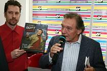Karel Gott v Brně podepisoval svou autobiografickou knihu.