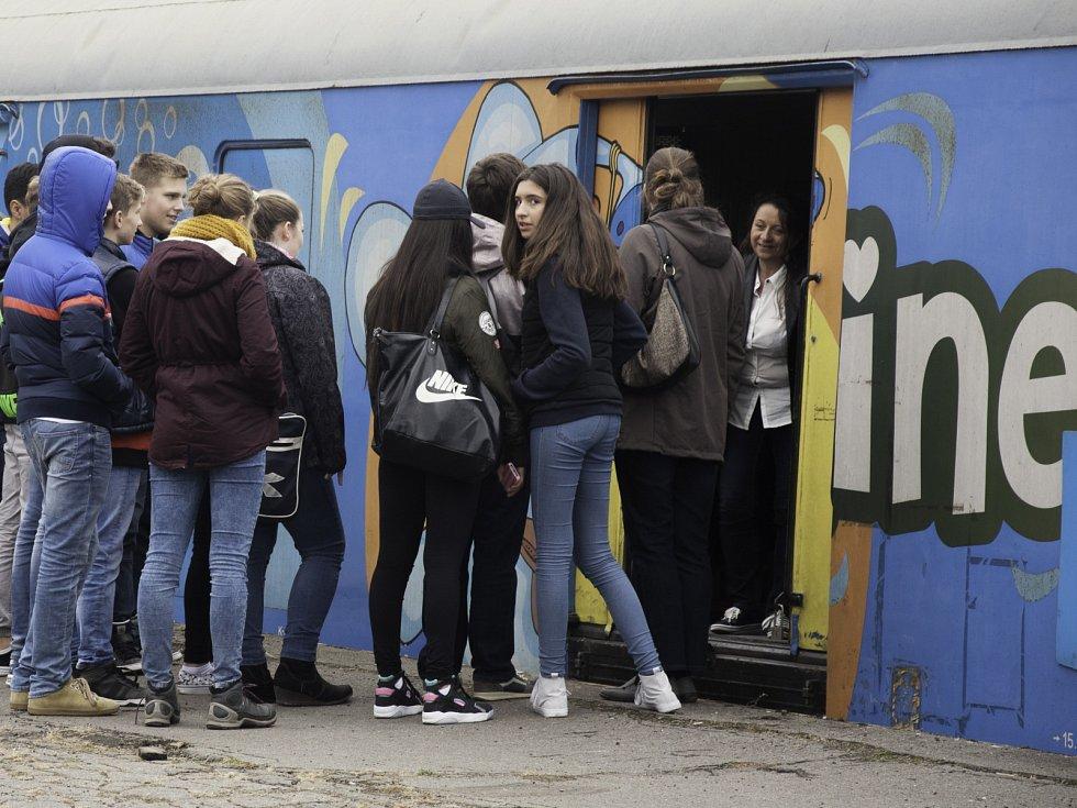 Aby žáci základních a středních škol získali větší povědomí o riziku na železnici, je pro ně připravený projekt Preventivní vlak. Ještě do pátku jej mohou žáci a studenti navštěvovat na brněnském hlavním nádraží u takzvané Malé Ameriky.