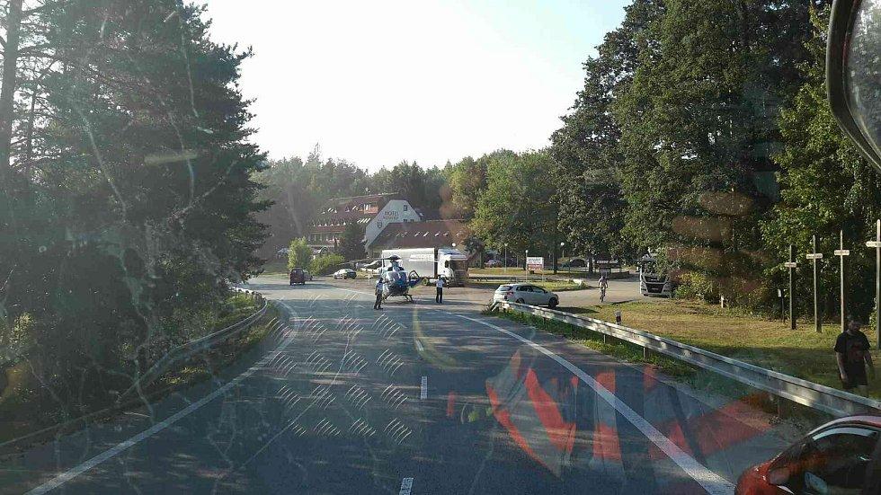 Vrtulník převážel motorkáře do nemocnice v pátek vpodvečer po srážce s autem u obce Lesní Hluboké.