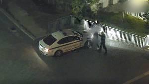 Mladík prohledával spícího muže i na hýždích a vytáhl mu prý mobil, strážníci ho dopadli.