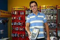 SPOLUMAJITEL. Tomáš Michalec si koupil první mobilní telefon v šestnácti letech. Rozebral jej na součástky.