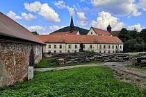 Rozsáhlý středověký klášter Porta coeli v Předklášteří u Tišnova na Brněnsku opravují první dva týdny v srpnu dobrovolníci z pěti různých evropských zemí.