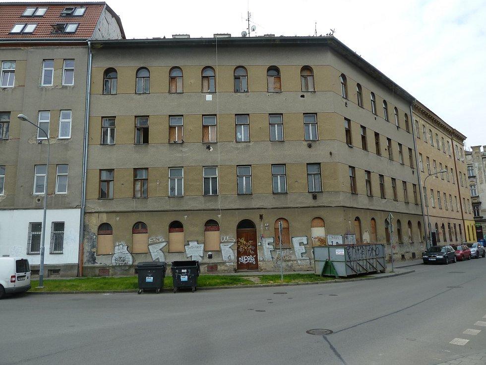 Před opravou - Městský dům v brněnské Podnásepní ulici, který poslouží pro startovací i sociální bydlení, před rekonstrukcí.