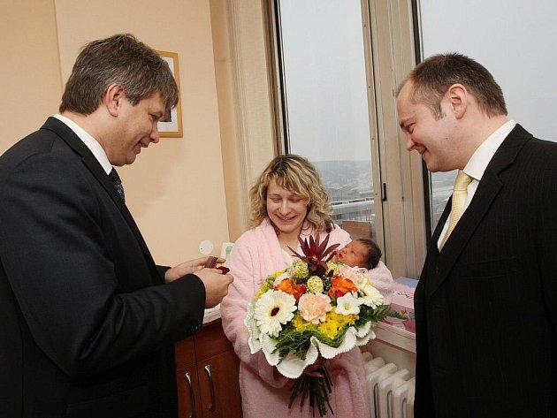 Hejtman Michal Hašek a primátor Roman Onderka přivítali první jihomoravské miminko roku 2010 Karolínu Havelkovou.
