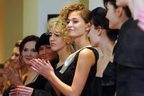 Novou kolekci šatů a šperků se brněnští módní návrháři Aleš a Bára Šeligovi, kteří tvoří pod značkou Alešbáry, rozhodli představit v pátek večer v kavárně Onyx v centru Brna.