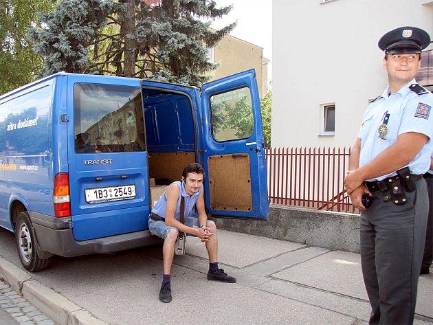 Přepadený řidič u poštovního auta.