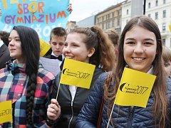 Tenory, basy, alty i soprány bylo možné v sobotu ráno zaslechnout na náměstí Svobody v Brně. Na jednom místě tam společně vystoupili zpěváci a zpěváci z šestnácti gymnázií z celé republiky.