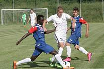 Zbrojovka Brno (v bílém) na trávníku třetiligového nováčka v Blansku zvítězila 3:0. Škoda v souboji mezi hráči Blanska.