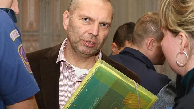 Takzvaný Toflův gang před soudem. Na snímku Miloš Almásy.