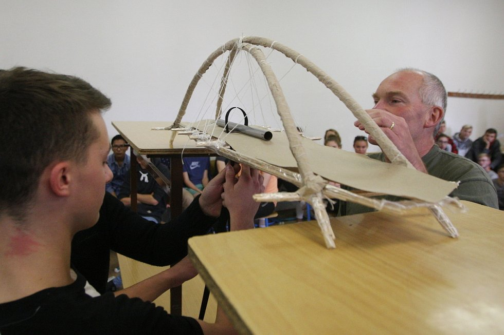 Nejstabilnější most v soutěži unesl téměř šestadvacet kilo.