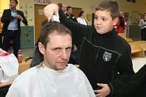 Nemocné děti z Dětské nemocnice oholily hasičům hlavy.
