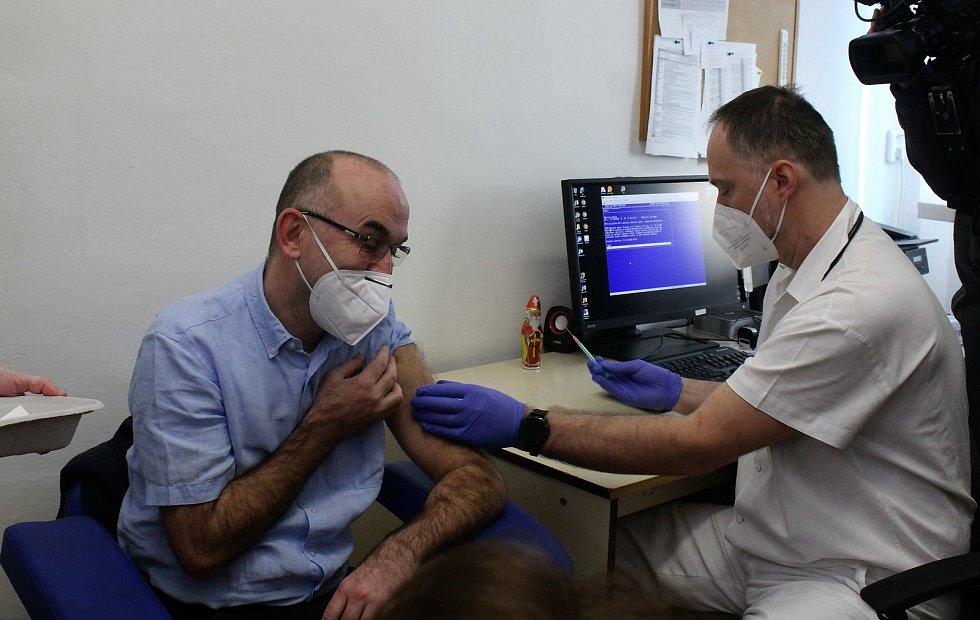 Prvních dvacet lidí naočkovali v neděli dopoledne ve Fakultní nemocnici Brno. Očkování začalo i ve svatoanenské nemocnici.
