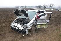 U Podolí se srazily dvě řidičky. Jednu z nich z auta vystříhávali hasiči.