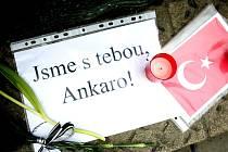 Sedmatřicet obětí nedělního atentátu v turecké Ankaře uctili ve středu Brňané zapálením svíček na Moravském náměstí v Brně. Vyjádřili tak podporu ohroženým lidem a také nesouhlas s teroristickým útokem.
