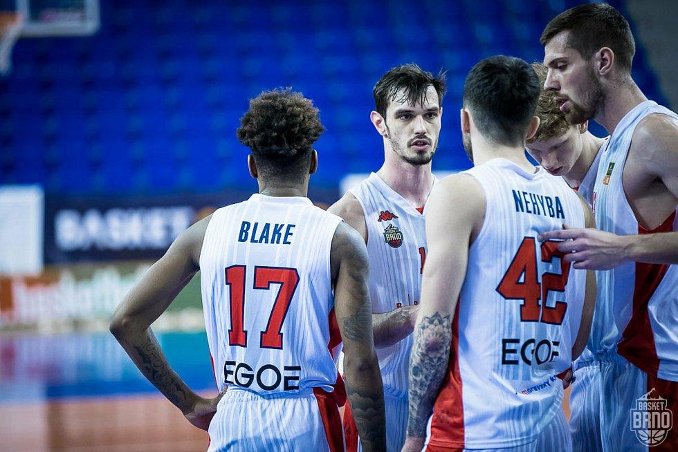 Brněnský basketbalista Viktor Půlpán (čelem) se stal nejvytíženějším hráčem svého týmu.