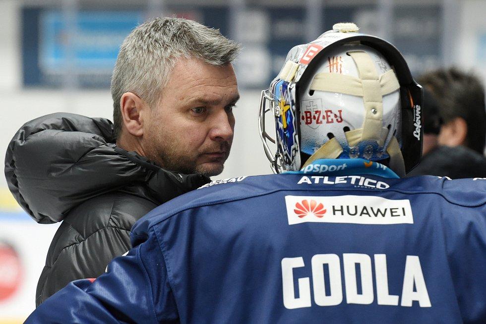 Brno 1.3.2020 - domácí HC Kometa Brno (bílá) proti Rytířům Kladno trenér David Čermák (modrá)