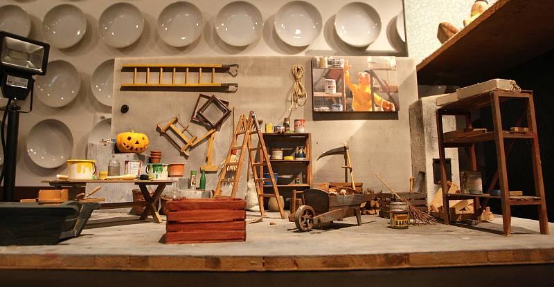 Letohrádek Mitrovských - Výstava Střípky z dějin módy na panenkách a pro zkoumavé obdivovatele techniky výstava Modely autíček a fotografie automobilů.