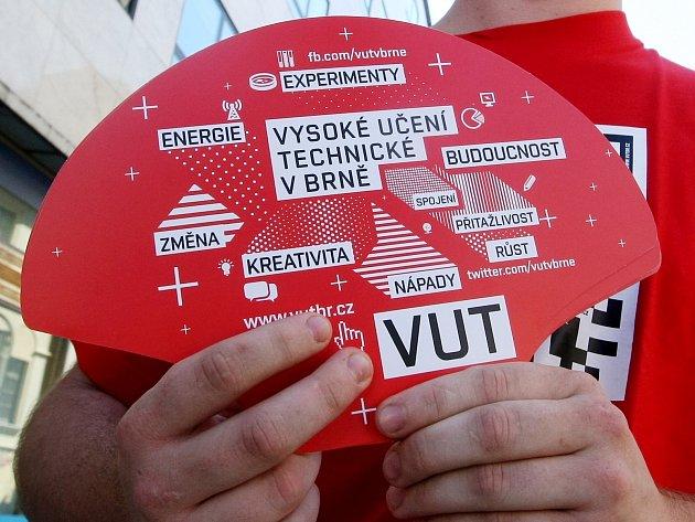 Dobrovolníci z brněnské VUT rozdávali v České ulici a na náměstí Svobody červené papírové vějíře.