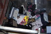 Zboží bylo ukryté v díře pod prodejním kontejnerem.
